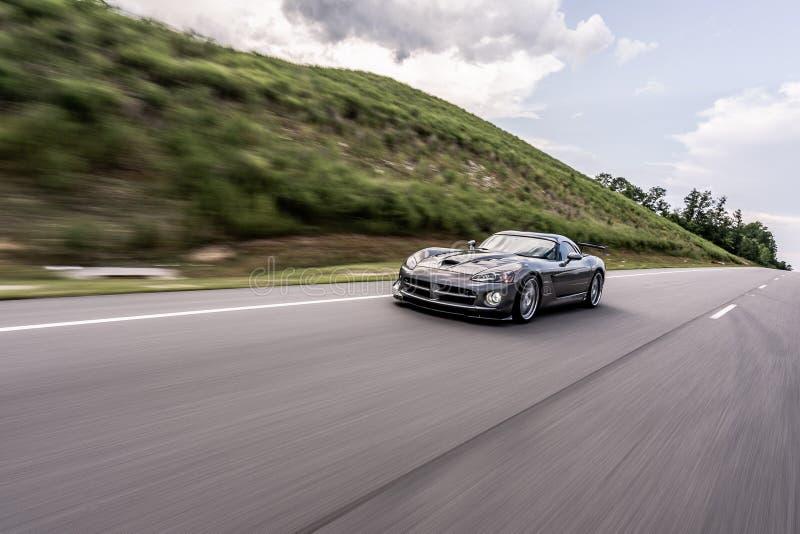 Dodge-Vipernsportautoschnellfahren lizenzfreies stockbild