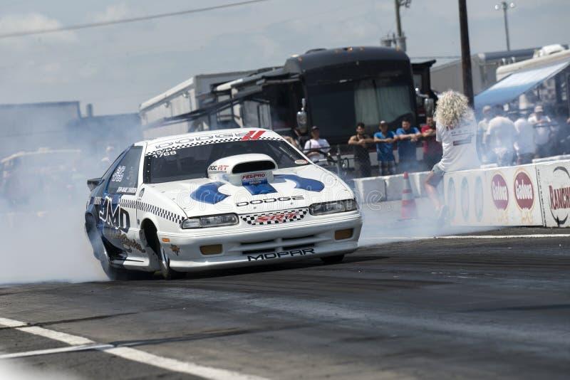 Dodge włóczydła samochód robi dymnemu przedstawieniu na śladzie zdjęcie royalty free
