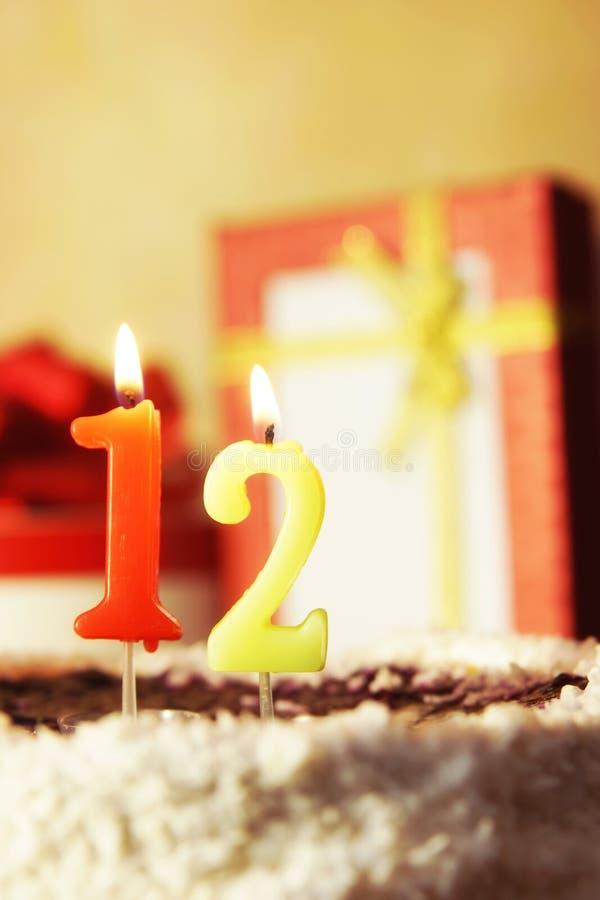 Dodici anni Torta di compleanno con le candele burning fotografia stock libera da diritti