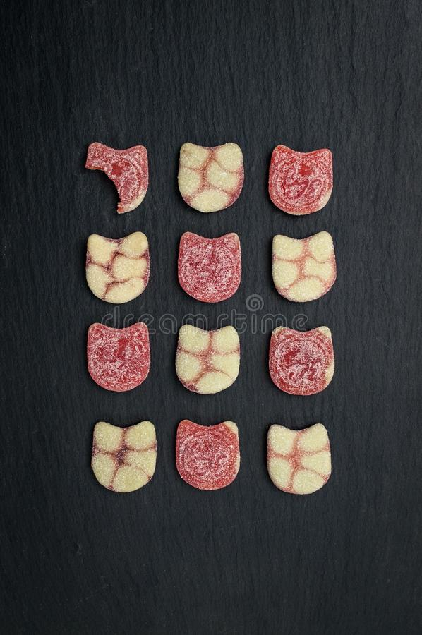 Dodici pezzi di caramella su un fondo dell'ardesia fotografia stock libera da diritti