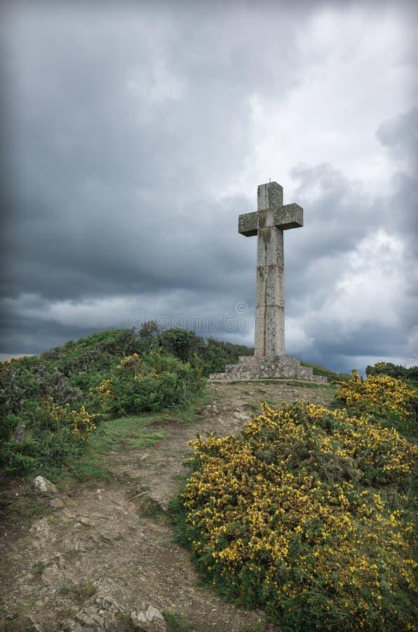 Dodman点十字架和黄色金雀花开花康沃尔郡 免版税库存图片