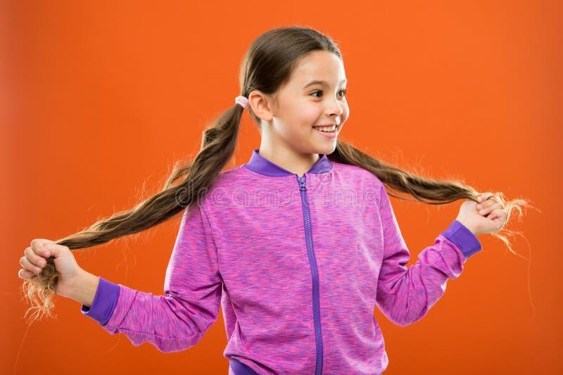 Doe gespleten punten van de hand Meisjes leuk kind met het lange kapsel van haar dubbele paardestaarten Gespleten puntenbehandeli stock foto's