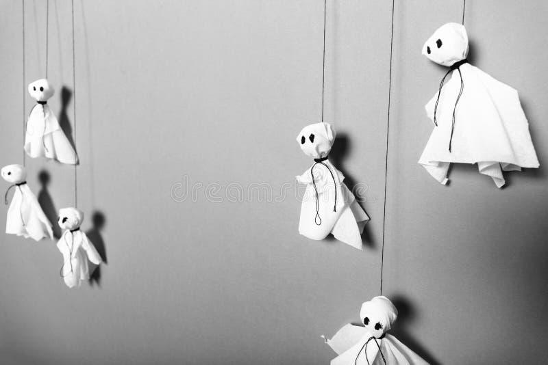 Doe het zelf, document spokenachtergrond Halloween-ambachtconcept stock foto