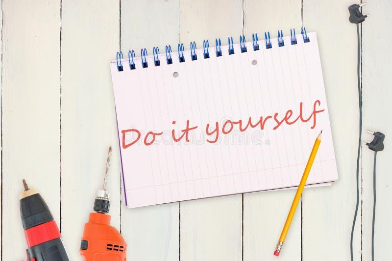 Doe het zelf tegen hulpmiddelen en tablet op houten achtergrond stock illustratie