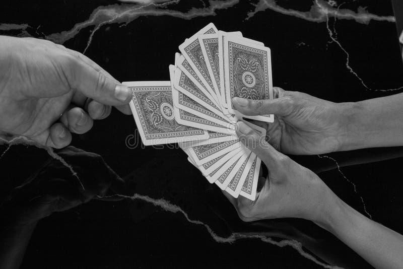 Doe magische truc kiezen uw kaart stock fotografie