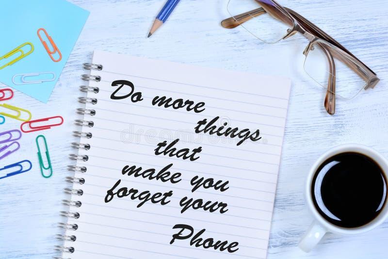 Doe meer dingen die u maken uw telefoon vergeten Tekst op notitieboekje stock afbeelding