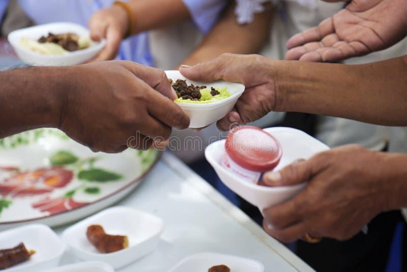 Doe o alimento ao mendigo Conceito da caridade imagens de stock