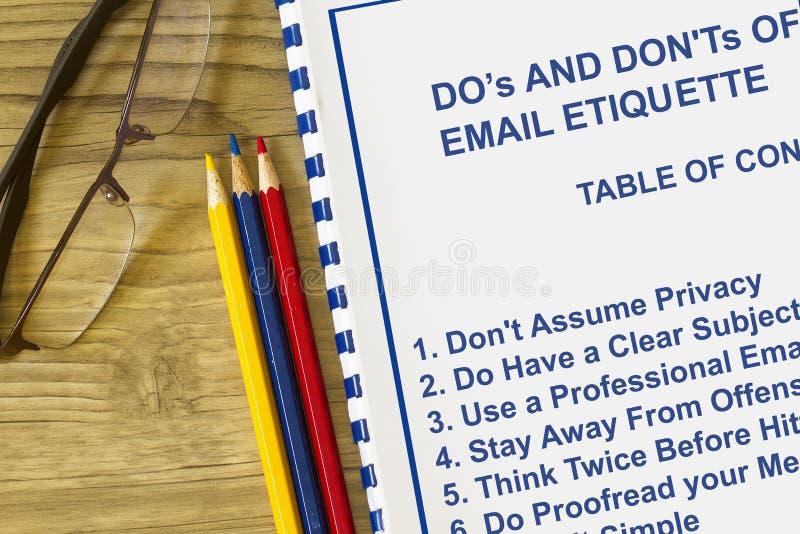 Doe ` s en trek ` ts van e-mailetiquetteconcept aan royalty-vrije stock fotografie