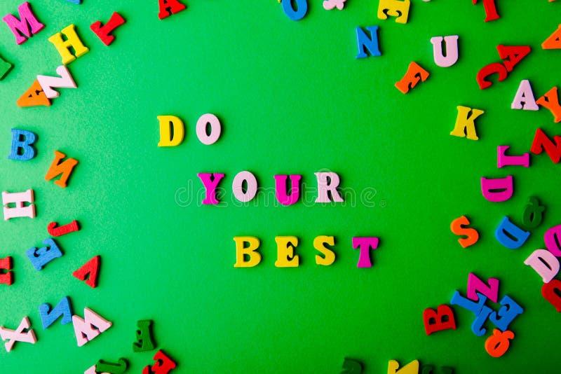 Doe uw het best Verspreide kleurrijke houten brieven royalty-vrije stock foto