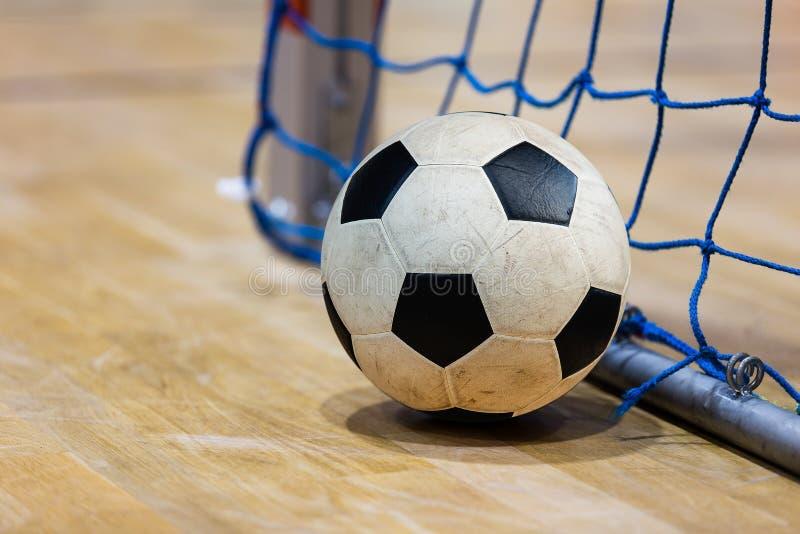 Doel en de vloer van de voetbal het futsal bal Binnenvoetbalsporthal De achtergrond van sportfutsal De binnenliga van de Voetbalw stock afbeeldingen