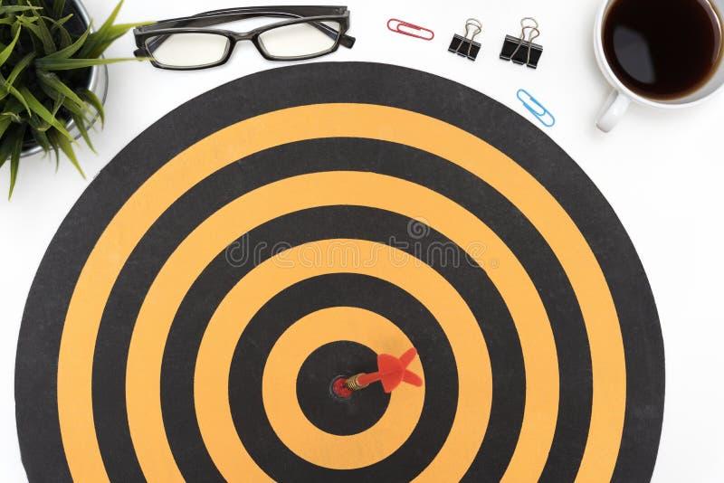 Doelpijl die op bullseye over bureaulijst raken stock fotografie