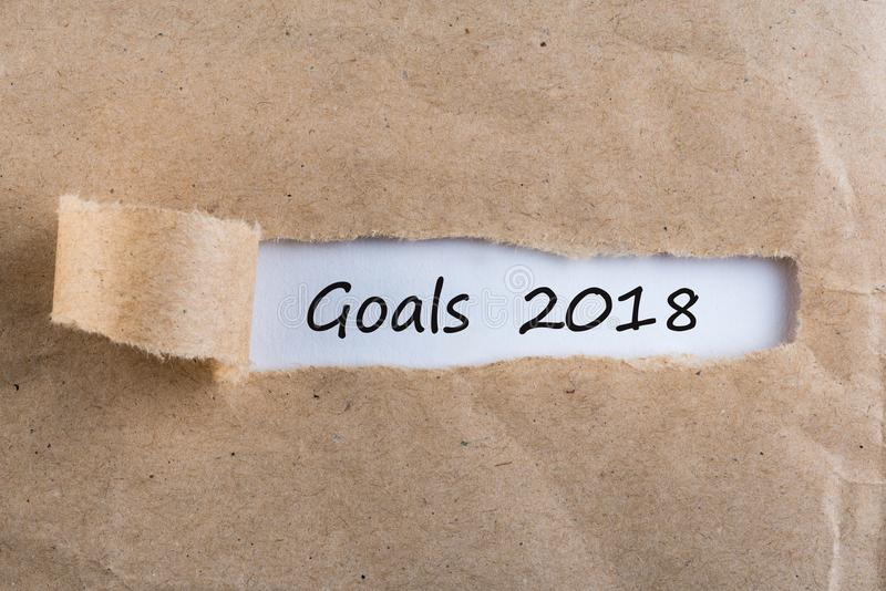Doelstellingen 2018 - bericht die achter gescheurd pakpapier verschijnen Doelstellingen, doel, dromen en Nieuwjaar` s beloften vo royalty-vrije stock afbeelding