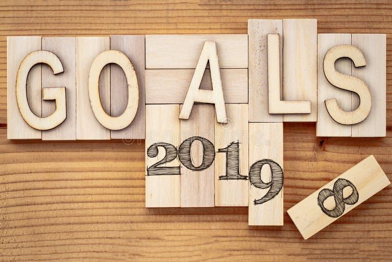 Doelstellingen 2018 verandering in het concept van 2019 Houten blokkubus met aantal op lijst stock fotografie