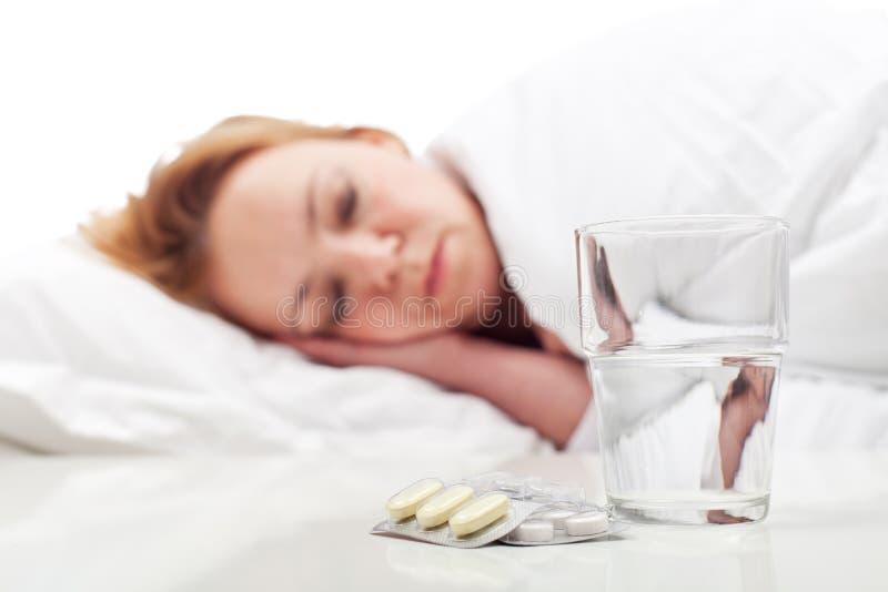Doença de combate da mulher com comprimidos e descanso