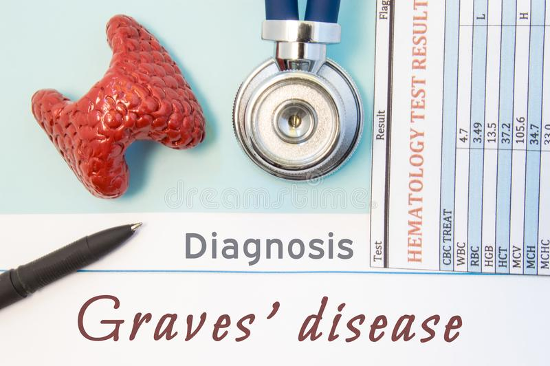 Doença do ` das sepulturas do diagnóstico da endocrinologia Figura da glândula de tiroide, do resultado da análise do laboratório imagens de stock