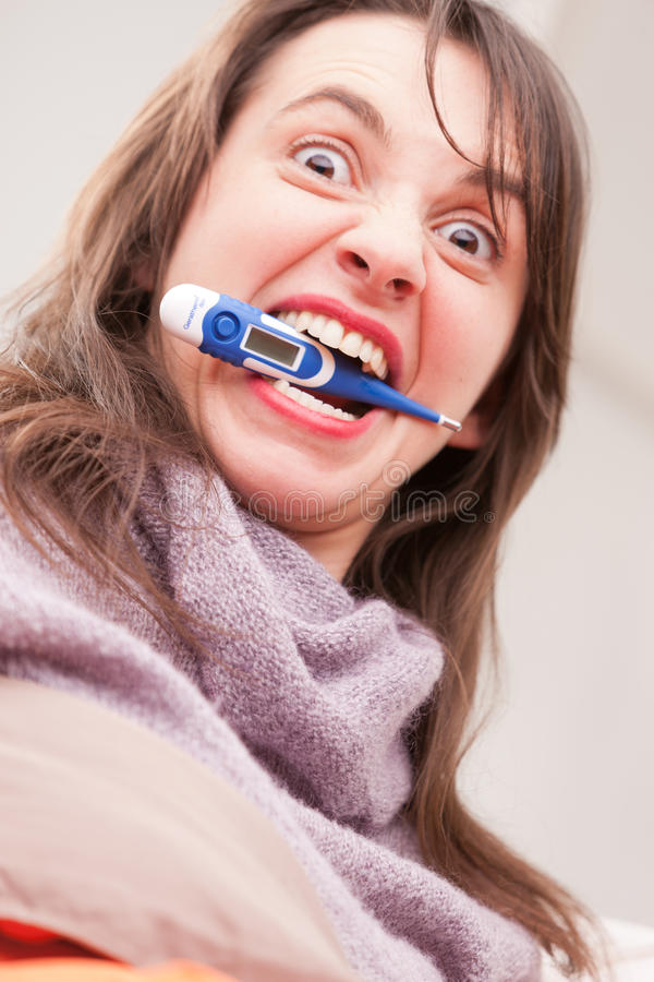 A doença e a temperatura conduzem esta menina louca foto de stock