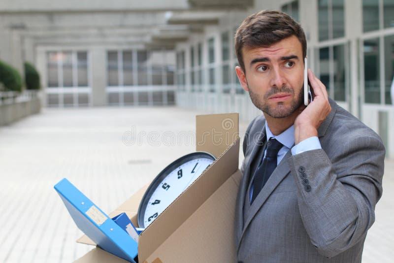 Doen failliet gaan ondernemer die het bureaugebouw verlaten stock afbeelding