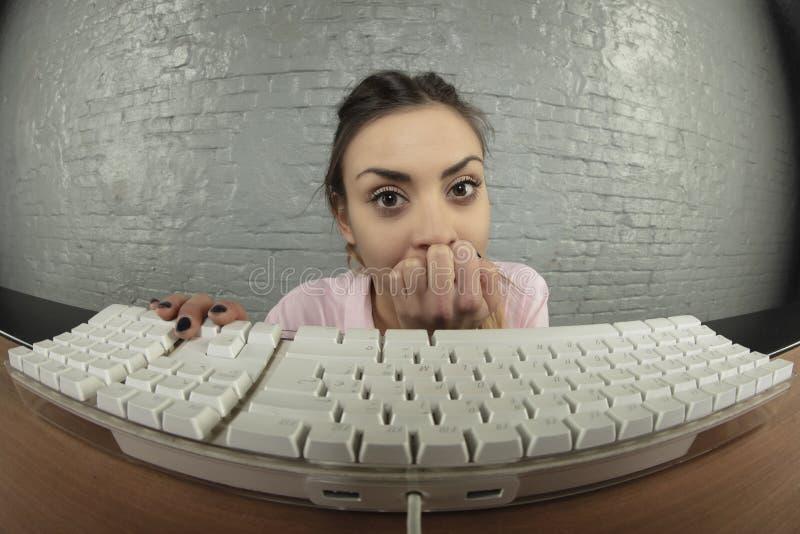 Doen schrikken bedrijfsvrouw die aan de computer werken stock fotografie