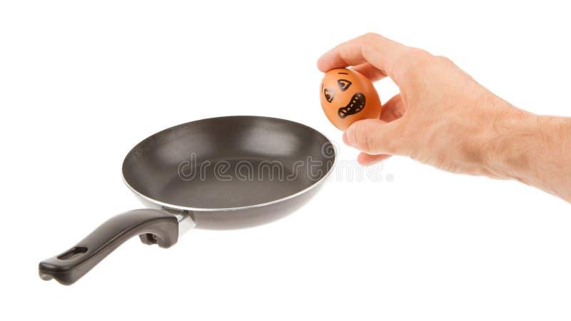 Doen schrikken ei, die in een pan wachten worden gebraden stock afbeelding