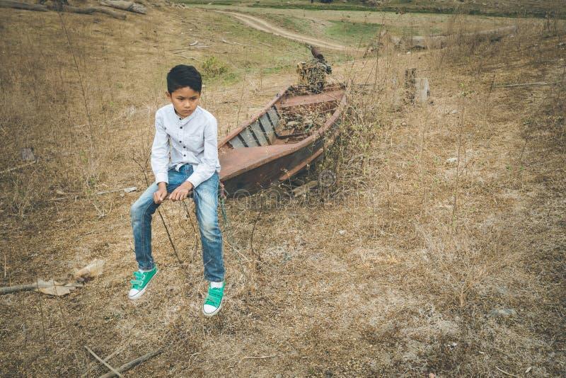 Doen schrikken en alleen, jong Aziatisch kind dat bij zeer riskant van intimidatie, wordt handel gedreven en wordt misbruikt, het stock foto