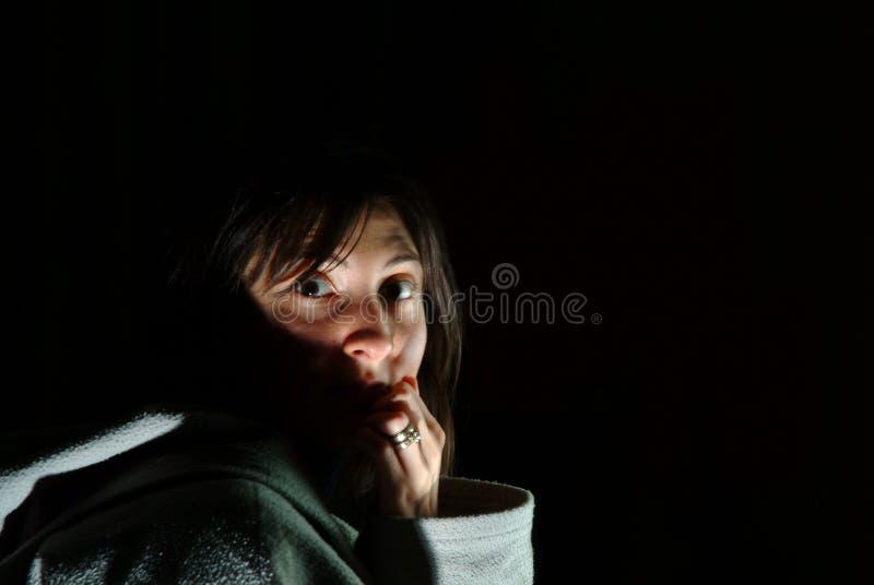 Doen schrikken en angst aangejaagde donkerbruine vrouw die haar mond in schok behandelen stock foto's