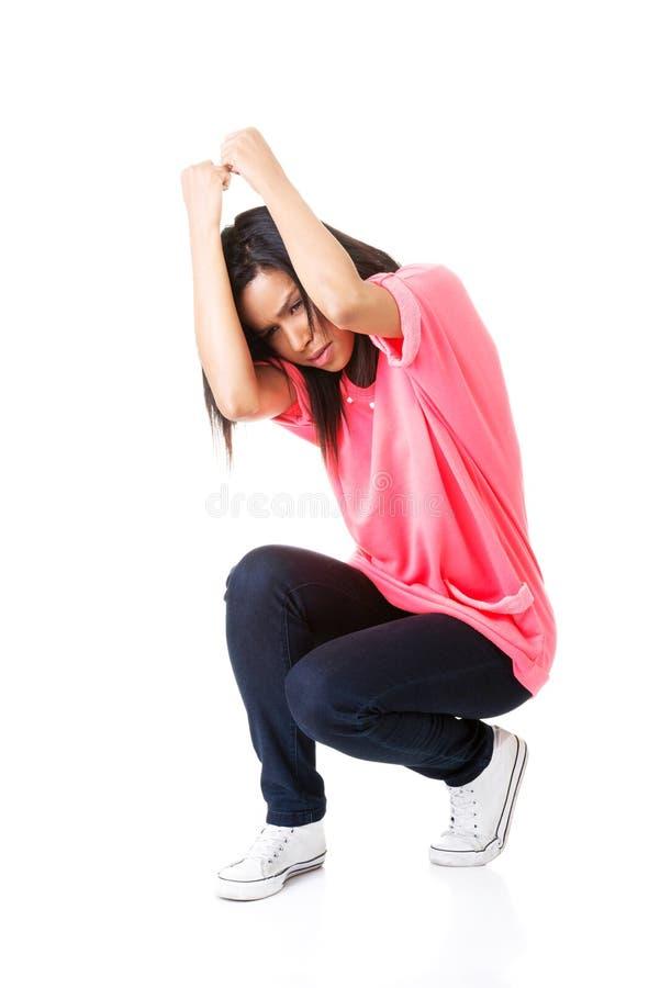 Doen schrikken jonge vrouw bang van iets boven haar stock foto's