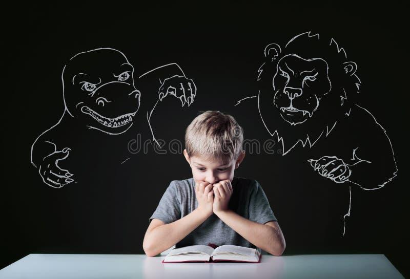 Doen schrikken jongen royalty-vrije stock afbeelding