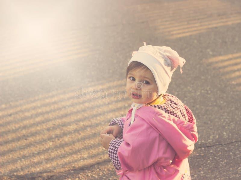 Doen schrikken leuk weinig babymeisje stock foto