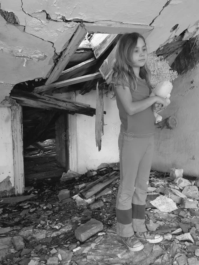 Doen schrikken meisje in vernietigd huis royalty-vrije stock fotografie