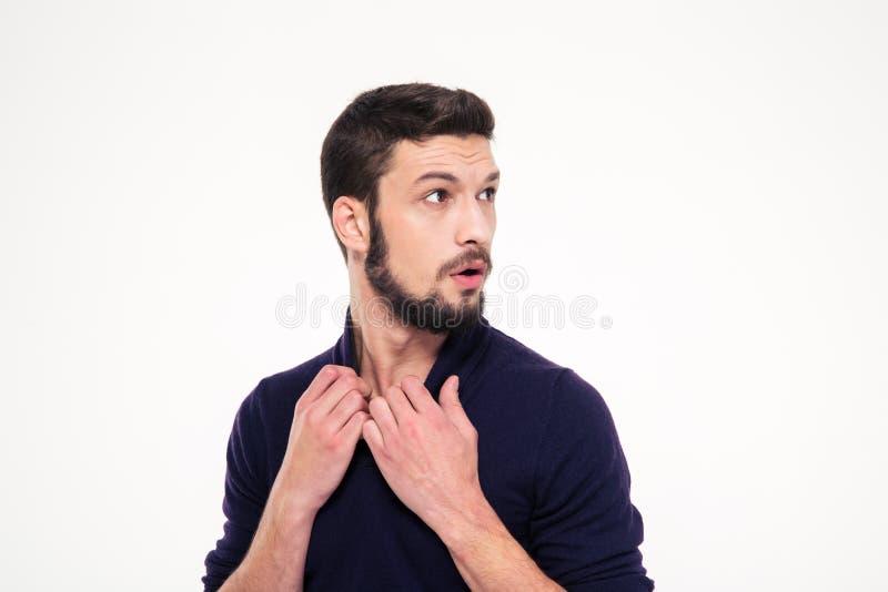 Doen schrikken versufte knappe jonge mens met baard in sweetshirt royalty-vrije stock foto's