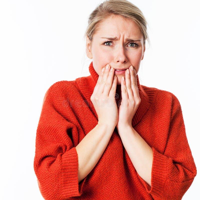 Doen schrikken vrouw die haar gezicht met haar handen voor bezorgdheid verbergen royalty-vrije stock afbeelding