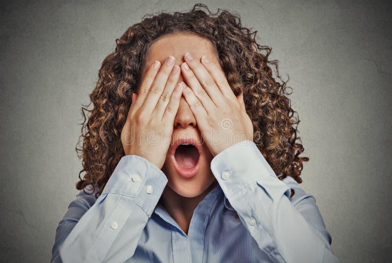 Doen schrikken vrouw die ogen brede open mond behandelen royalty-vrije stock foto's