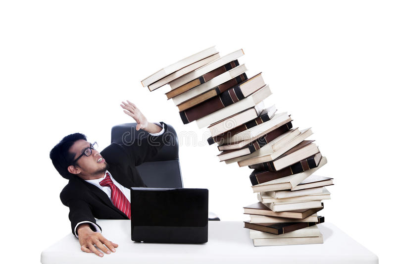 Doen schrikken zakenman met stapel van boeken stock afbeelding