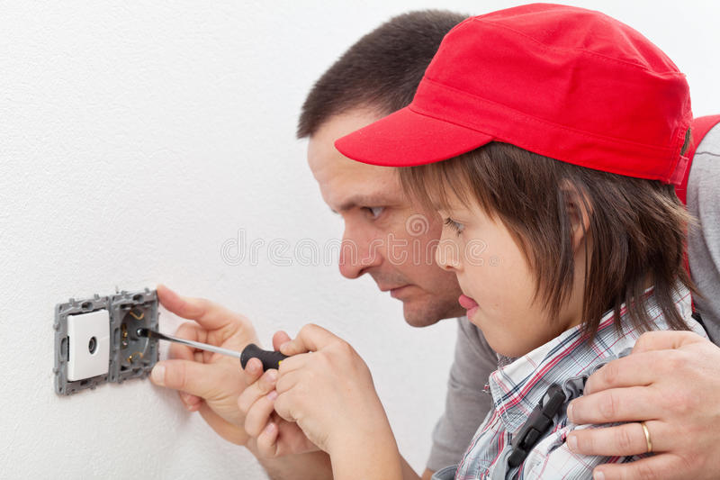 Doend dingen rond het huis - jongen en zijn vader stock fotografie