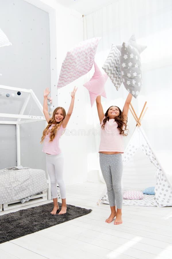 Doend wat zij willen De ideeën van de Sleepoverpartij De zusters spelen de partij van de hoofdkussensslaapkamer De pyjamapartij v stock foto
