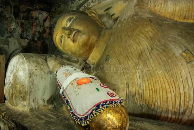 Doende leunen Boedha bij Gouden Tempel van Dambulla in Sri Lanka royalty-vrije stock afbeelding