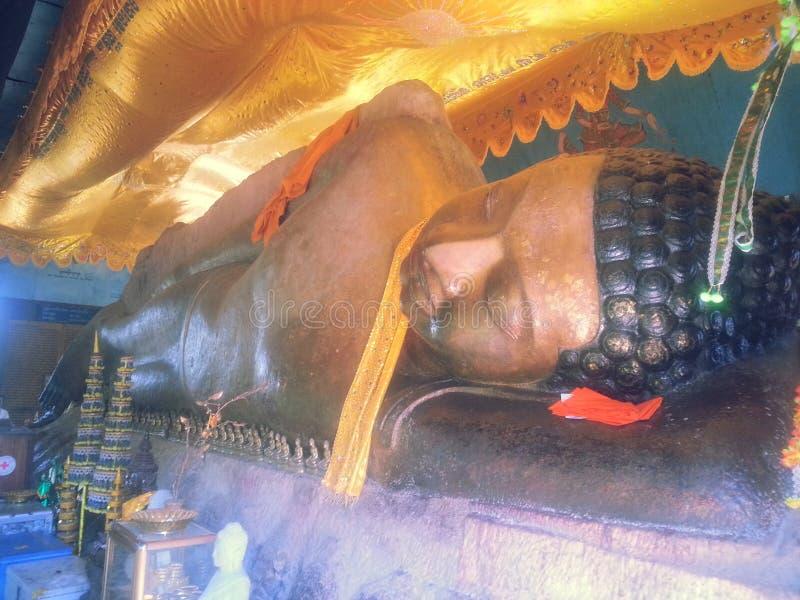 Doende leunen Boedha op zijn linkerpreah Ang Thom royalty-vrije stock fotografie