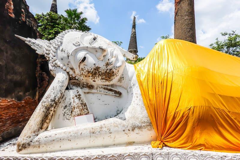 Doende leunen Boedha van Wat Yai Chai Mongkol is de beroemde architectuur in Ayutthaya stock afbeeldingen