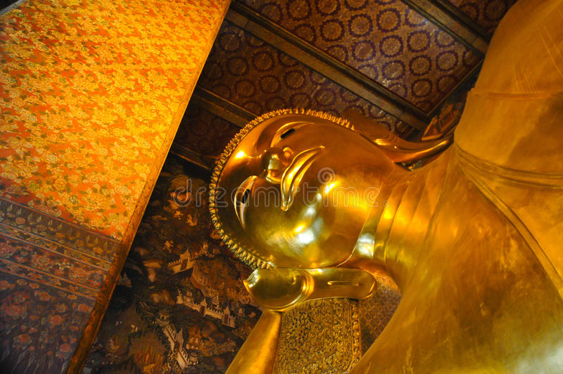 Doende leunen Boedha, Wat Pho, Bangkok, Thailand stock afbeeldingen