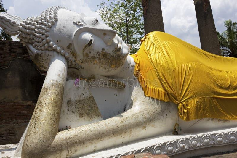 Doende leunen Boedha in Wat Yai Chai Mongkol in Ayutthaya royalty-vrije stock foto's