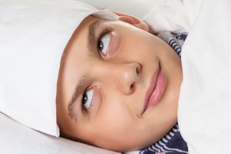 Doente da gripe da criança, menino com termômetro médico, grippe fotografia de stock