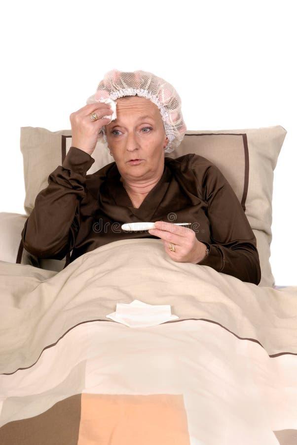 Doente da mulher na cama imagem de stock royalty free