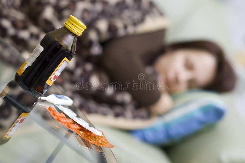 Doente na cama. foto de stock