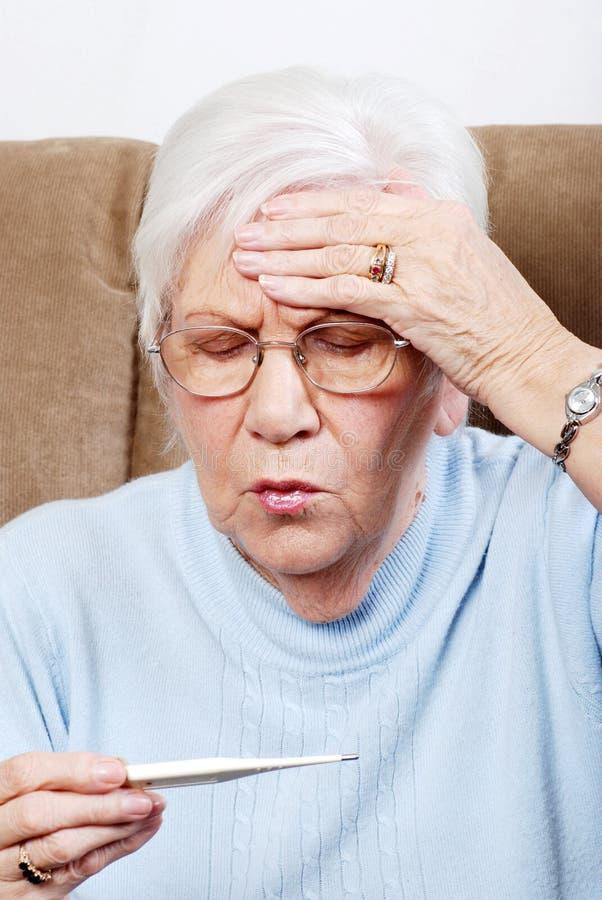 Doente sênior do close up com febre foto de stock