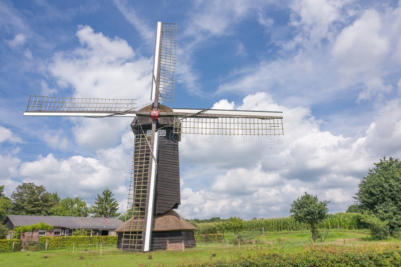 Doesburgermolen in een Nederlands landschap in Ede, Nederland stock afbeeldingen