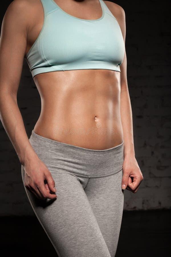 Doet de geschiktheids vrouwelijke vrouw met spierlichaam, haar training, abs, abdominals stock fotografie