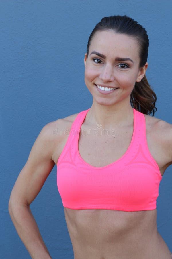 Doet de geschiktheids vrouwelijke vrouw met spierlichaam, haar training, abs, abdominals stock foto
