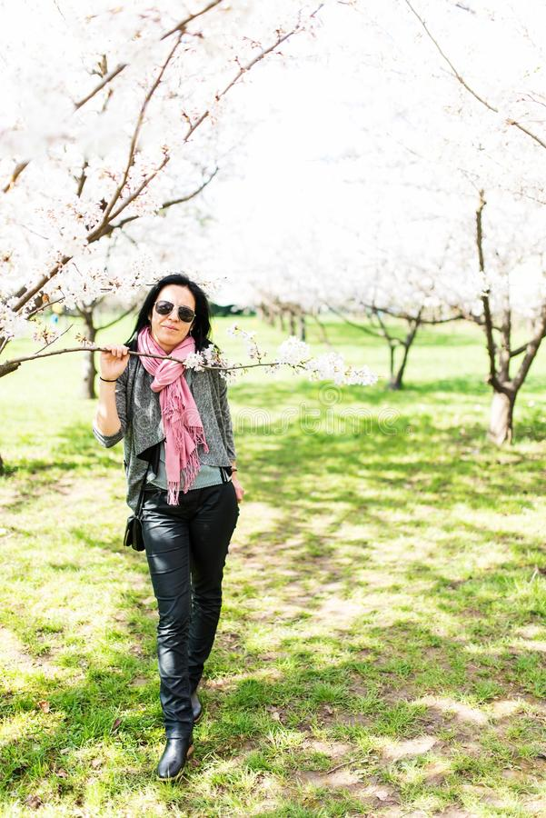 dof公园浅妇女年轻人 免版税库存图片