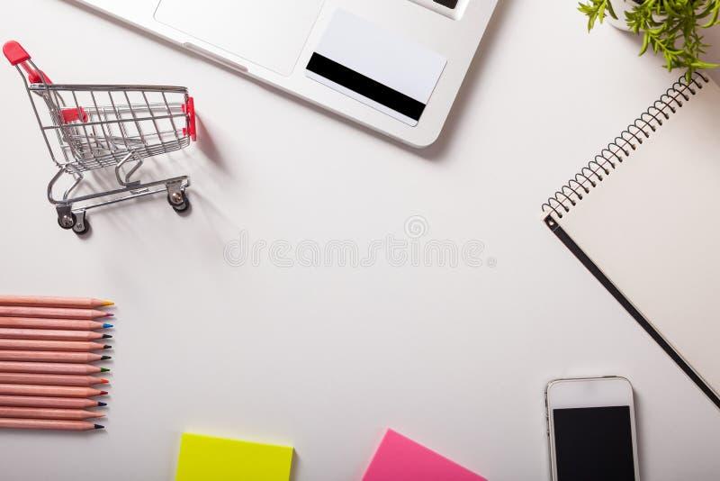 dof ręce karty ogniska płytki zakupy online bardzo Wózek na zakupy, klawiatura, bank karta obraz royalty free