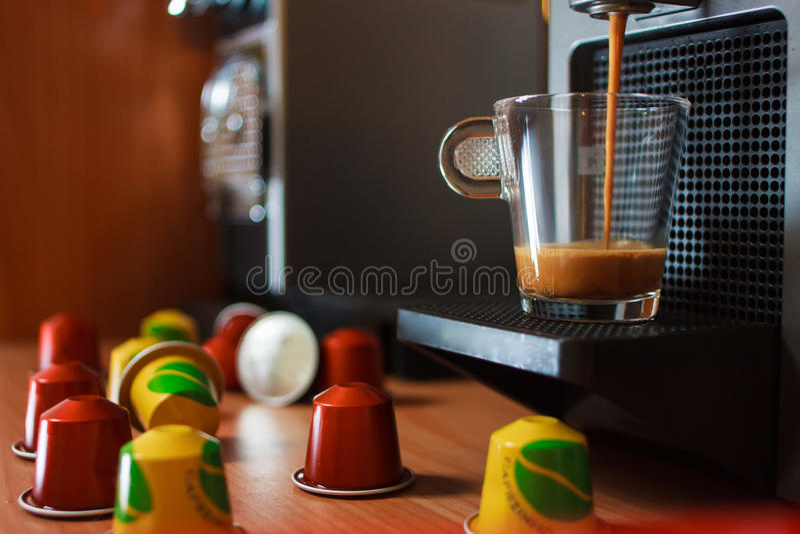 Doftande kaffe för morgon med kapslar royaltyfria bilder